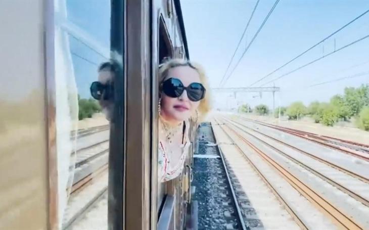 """""""Ciao Italia, ciao Puglia"""": Madonna. The pop star greets the region aboard a historic train"""